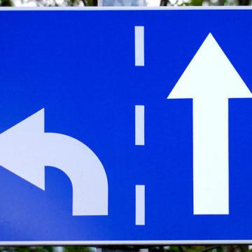 Verkeersbord met pijl rechtdoor en pijl linksaf. Copyright: Krzysztof (Kriss) Szkurlatowski